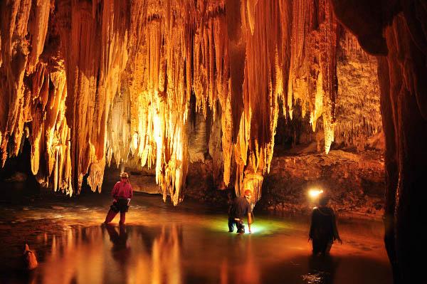 Rio e espeleotemas na caverna de Sao Mateus, no P. E. de Terra Ronca, regiao de Sao Domingos - GO