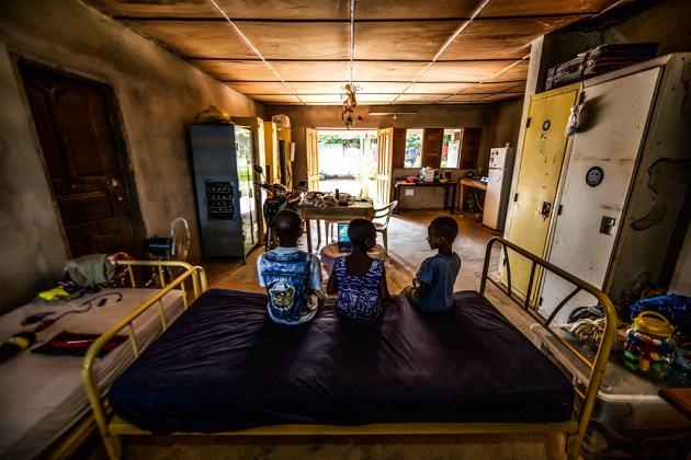 Amparadas pela ONG Creer, três crianças foram retiradas do trabalho forçado em lavouras de cacau na Costa do Marfim. (Fellipe Abreu/Superinteressante)