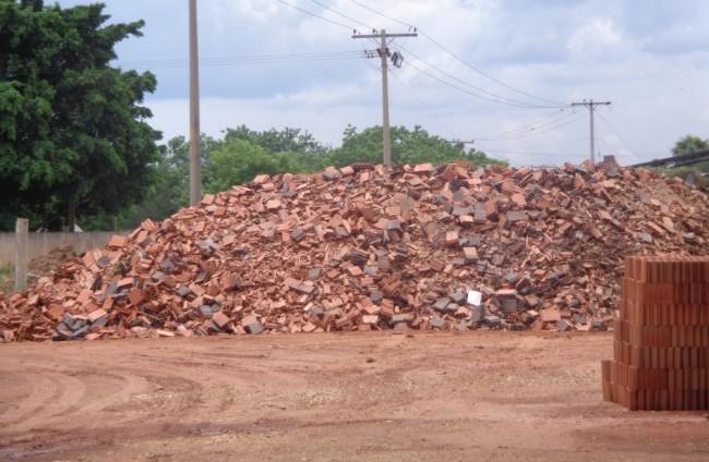 Resíduos de cerâmica vermelha gerados pelas indústrias apresentam condições de utilização na forma de pozolana, tanto na incorporação para a produção do cimento composto quanto na utilização como adição de materiais finos ao concreto autoadensável.(Imagem de divulgação)