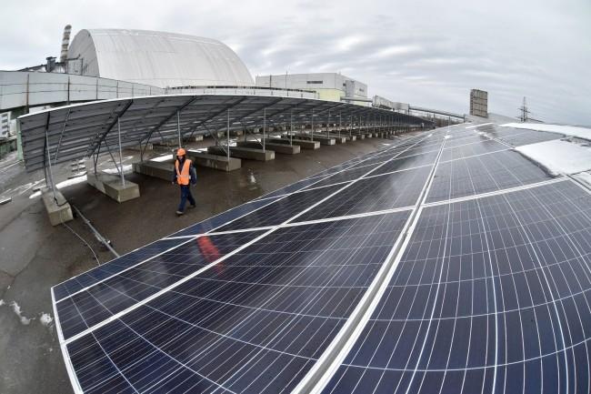 Cerca de 4.000 painéis solares, cobrindo uma área do tamanho de dois campos de futebol, foram instalados no local do desastre nuclear de 1986.