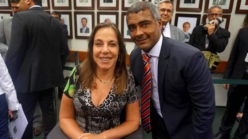 O atual senador Romário e a deputda Mara Gabrilli encabeçam projeto que simplifica a importação de mercadorias destinadas à pesquisa científica.