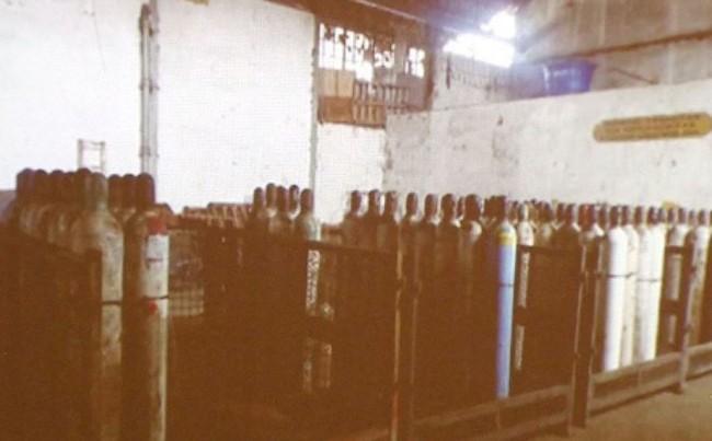"""Os cilindros """"esquecidos"""" em local sem proteção e cuidados."""