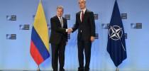 """O presidente Juan Manuel Santos aperta a mão de Jens Stoltenberg, secretário geral da OTAN, na visita do presidente para promover o relacionamento da Colômbia com a aliança como um país """"parceiro global"""". (Crédito: Presidência da República da Colômbia)"""