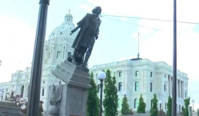Estátua de Cristovão Colombo sendo derrubada nos EUA.