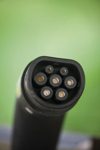 Conector para recarga de carros elétricos: a principal vantagem é a emissão nula ou muito reduzida de poluentes (Leo Ramos Chaves)