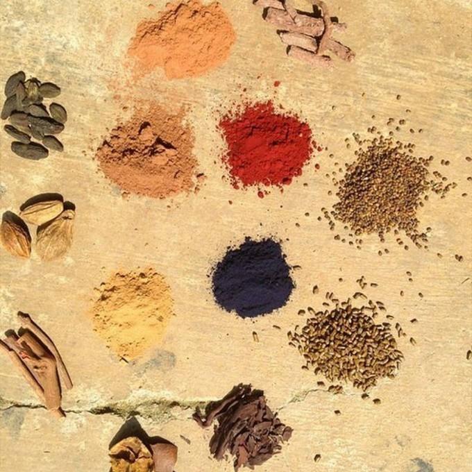 Fabricação artesanal de tintura (Foto: Industry of all nations)