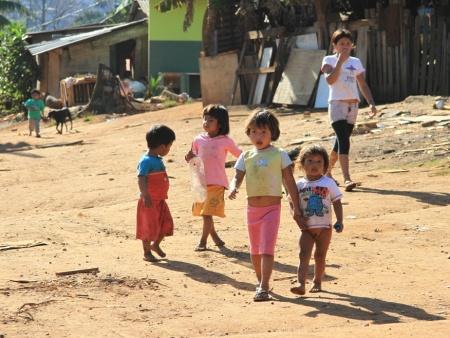 Crianças brincam na Aldeia do Jaraguá, na zona norte da cidade de São Paulo (fotoDaia Oliver/R7)