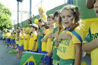 crianças cantando o hino