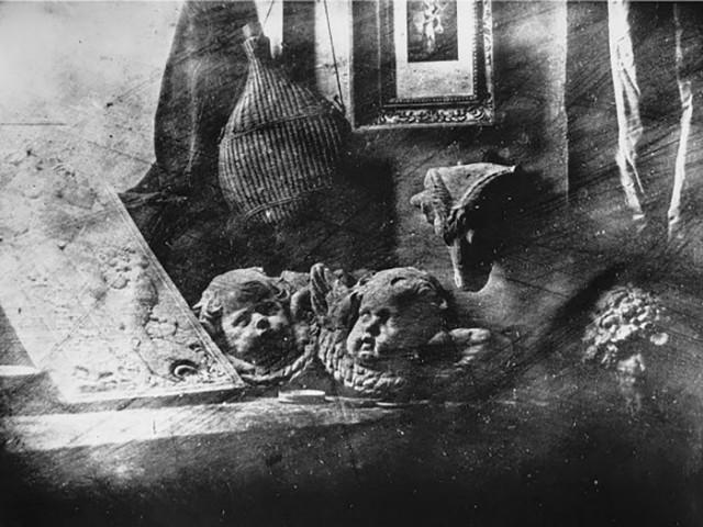 O ateliê do artista, 1837, o primeiro daguerreótipo a ser exposto, revelado e fixado com sucesso. daguerreótipo • 16 x 21 cm • Société Française de Photographie, Paris, França