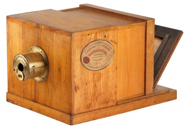 Giroux Daguerreótipo (1837), câmara escura modificada (câmara de caixa deslizante), criado por Louis-Jacques-Mandé Daguerre (1787-1851) e fabricado em escala comercial por seu cunhado, François-Simon-Alphonse Giroux (1775/76-1848) • George Eastman House, Rochester, Nova York, EUA