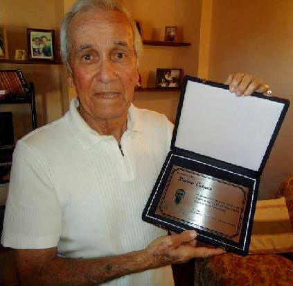 Em agosto de 2012, Dalmo Gaspar recebe placa de agradecimento de torcedores santistas.