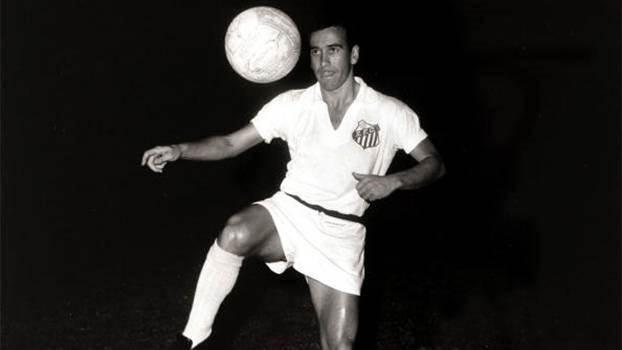 Dalmo, ex-lateral-esquerdo, com a camisa do Santos em 1960