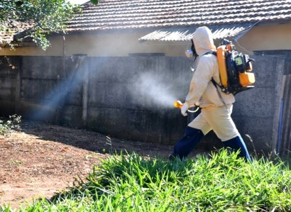 Nebulização do veneno no combate ao mosquito da dengue.