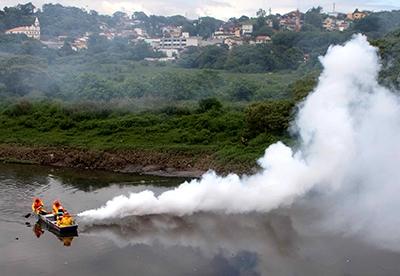 Nebulização do veneno no combate ao mosquito transmissor da dengue.