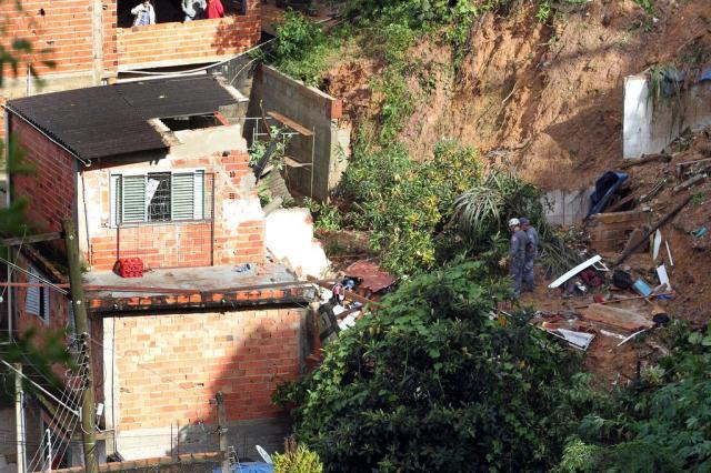 Casas desabaram por volta de 22h, na Rua Primavera, em Mairiporã, devido à chuva que atingiu a região Foto: FELIPE RAU / ESTADÃO CONTEÚDO