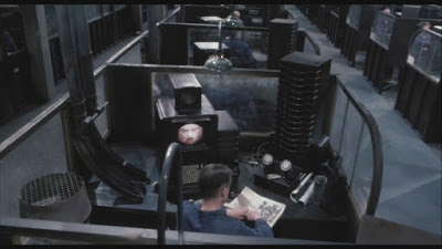 """1984 - No Ministério da Verdade o personagem de George Orwell """"revisa"""" a realidade dos fatos..."""