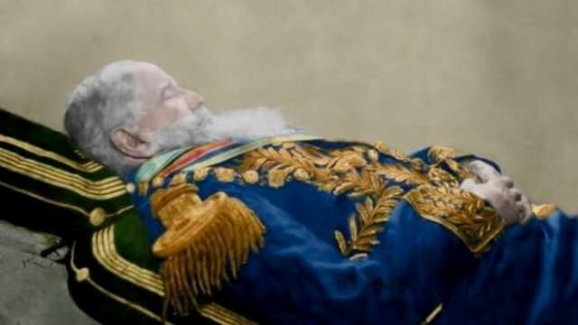 D. Pedro II, em sua última fotografia, tirada já morto por Paul Nadar, podemos observar o soberano já bastante envelhecido, apesar de seus 66 anos.