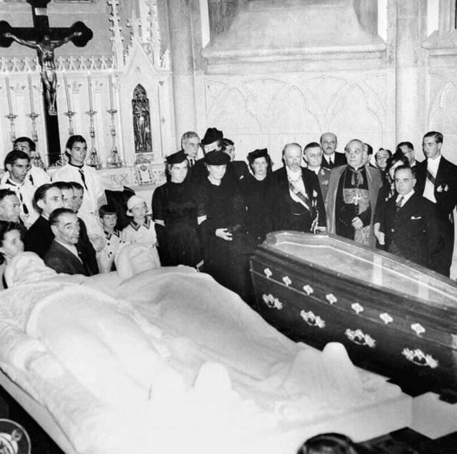 erimônia do translado dos restos mortais do imperador Dom Pedro II e de Dona Teresa Cristina para o mausoléu da Catedral de São Pedro de Alcântara, em Petrópolis em 5/12/1939, com a presença do Príncipe Pedro de Alcântara e o então presidente Getúlio Vargas.