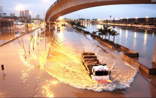 Enchente em via expressa de São Paulo