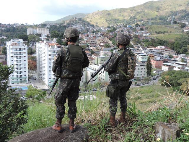 Soldados do Exército na segurança contra a criminalidade no Rio de Janeiro