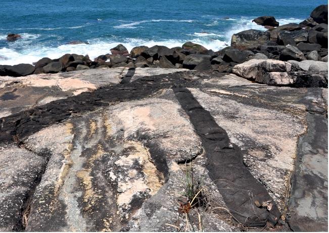 Ilhabela | Abertura do Atlântico: Sul Rochas conhecidas como diques máficos registram o início da separação da América do Sul e da África, há 130 milhões de anos