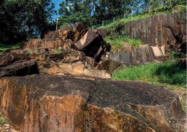 Salto | Sob antigas geleiras: Preservado em um parque, o granito róseo com estrias, conhecido como rocha moutonnée, resultou do atrito provocado pela movimentação de geleiras, há cerca de 270 milhões de anos