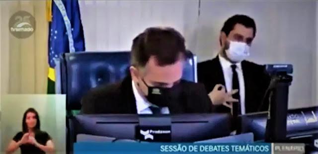 """Assessor da presidência Felipe Martins arranja a lapela de forma inusual. Gesto inocente ou """"dog whistle""""?"""