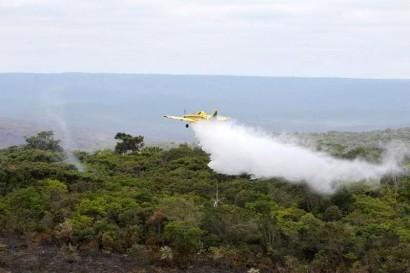 Avião sobrevoa a área jogando água