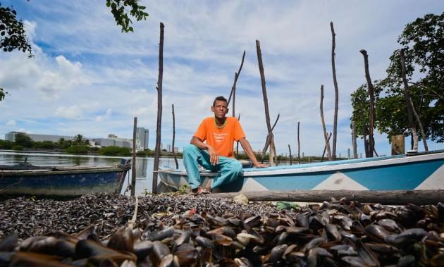 Pesca artesanal e coleta dos moluscos sustentam os cerca de dois mil moradores da comunidade da Ilha de Deus - Foto: Arthur de Souza