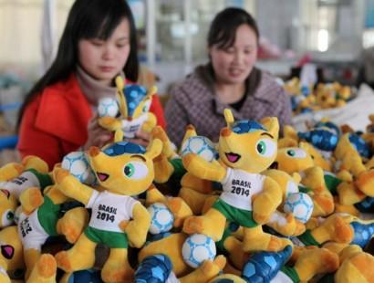 Bonecos do mascote da Copa, sendo confeccionados na China.