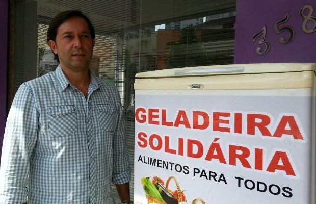 Fernando Barcelos colocou geladeira na calçada de seu empreendimento (Foto: Vanessa Martins/G1)