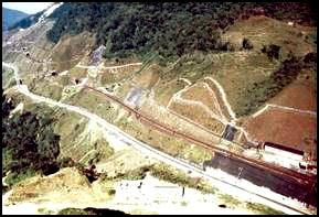 Enorme faixa desmatada a montante da ferrovia Santos Jundiaí na travessia da Serra do Mar. Erro grave cometido pelos ingleses ao imaginar que as árvores da floresta tropical poderiam potencializar deslizamentos. Ao contrário, foi esse desmatamento que induziu o enorme número de deslizamentos com que teve que conviver a ferrovia desde sua construção.
