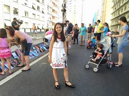 Giovanna Zambaldi Pampolin doa livros de 15 em 15 dias no Minhocão, em São Paulo. Foto: Paulo Henrique Pampolin