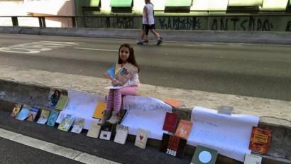 Giovanna Zambaldi Pampolin entre cartazes e livros, em São Paulo. Foto: Paulo Henrique Pampolin