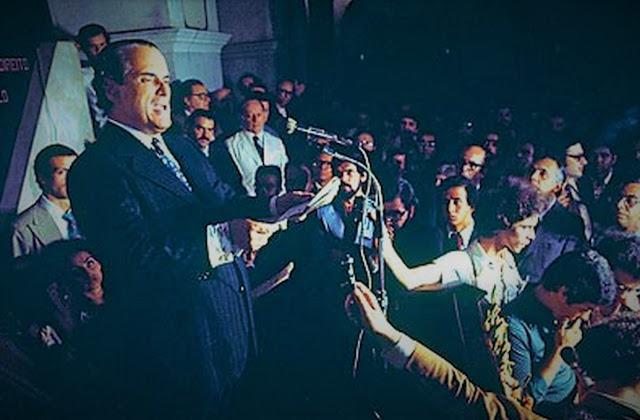 Goffredo Telles Júnior faz a leitura da Carta aos Brasileiros, no páteo das arcadas da Faculdade de Direito da Universidade de São Paulo - 8 de agosto de 1977 (foto - Pedro Martinelli - Veja)