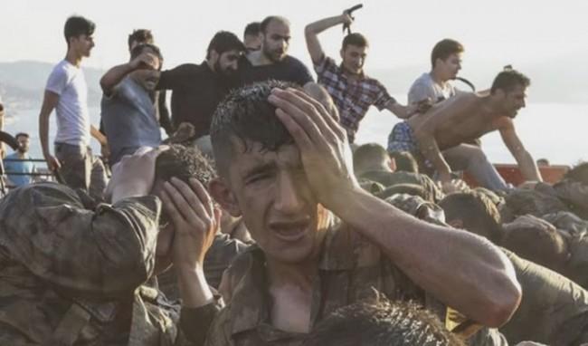 Recrutas do exército, detidos e apalermados, são massacrados por partidários de Erdogan