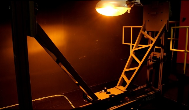 Goniofotômetro instalado no laboratório do IPT é um equipamento estratégico para a indústria desenvolver luminárias de uso comercial, público, residencial e industrial com mais eficiência energética e menor impacto ambiental; sistema informatizado mede as características da luz emitida, o que os pesquisadores e técnicos chamam de 'curvas fotométricas'