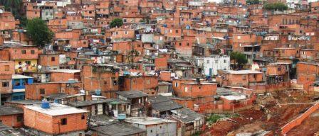 Periferias de grandes cidades brasileiras: oceanos de auto-construções em bloco-laje . A própria população mais pobre criando e elegendo a tecnologia que lhe torna possível ter sua casa própria