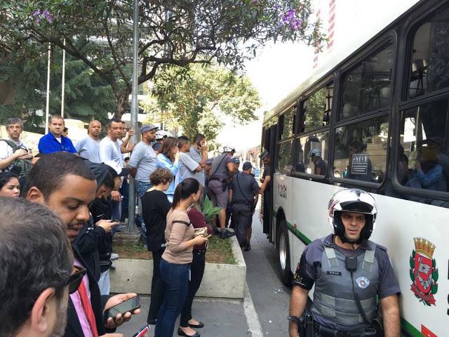 Polícia detém o indivíduo que conspurcou vítima no interior do ônibus, em São Paulo - foto Marianna Holanda- Estadão