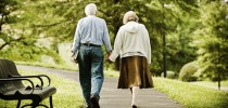 Senior couple walking in park. Idosos caminhando no parque.  iStockPhotos
