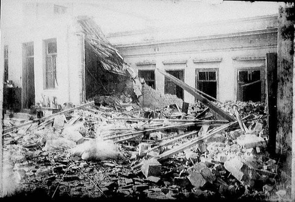 Casas destruídas pelo bombardeio de artilharia