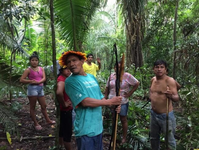 Juruna Uru-Eu-Wau-Wau e sua família dentro da área invadida. Foto: Kanindé