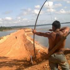 Índio mira a barragem de Belo Monte