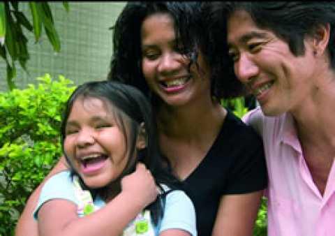 Marcia e Edson Suzuki com Hakani, a indiazinha salva da morte pelo irmão, cuja história deu origem ao documentário da campanha contra o infanticídio indígena.