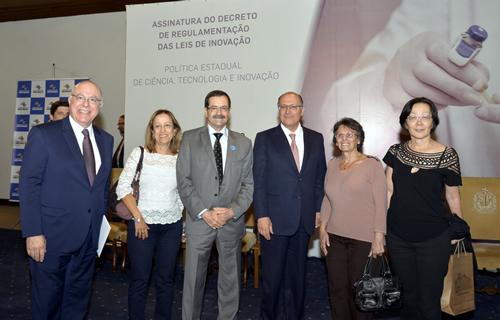 Equipe do Instituto Biológico com o Secretário de Agricultura Arnaldo Jardim e com o Governador Geraldo Alckmin. Foto João Luiz