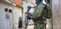 Forças Armadas fazem patrulhamento de favelas do Rio ( FOTO: AG. BRASIL )