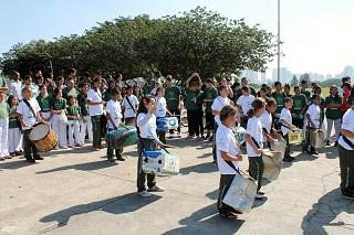 Alunos do Reciclasom (foto) se apresentam com seus tambores reciclados durante a 3ª Virada Sustentável. Imagem: Reprodução/IT+