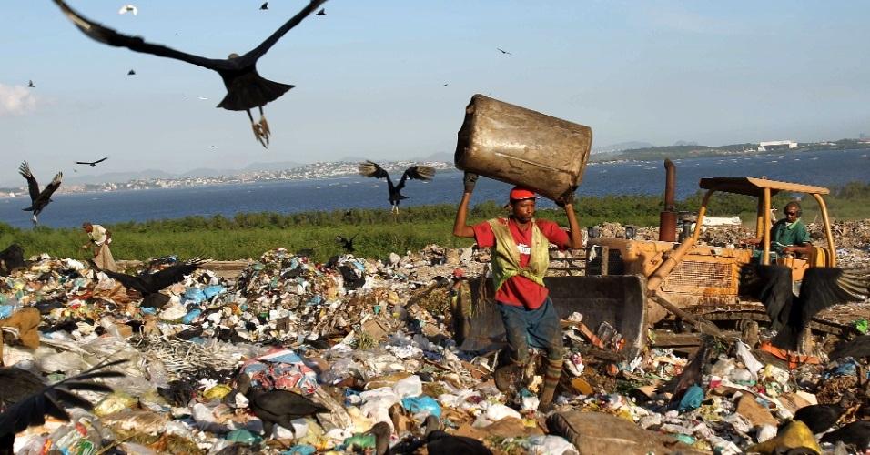 """A difícil vida dos catadores dos lixões foi retratada no documentário """"Lixo Extraordinário"""" de Vick Muniz."""