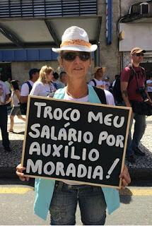 Funcionária pública protesta contra privilégios dos magistrados, no Paraná