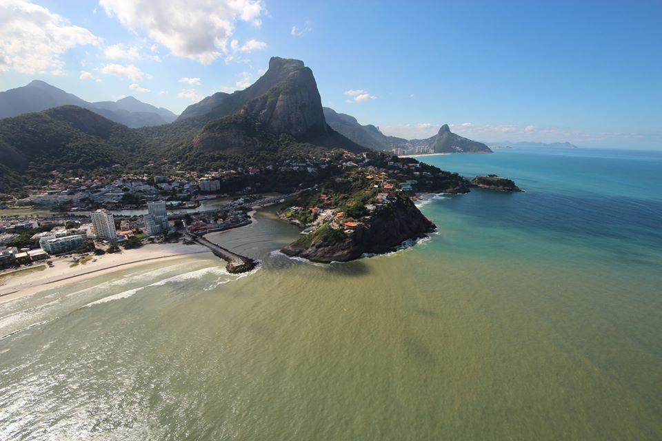 Águas poluídas e contaminadas da Lagoa da Tijuca despejadas no mar carioca.